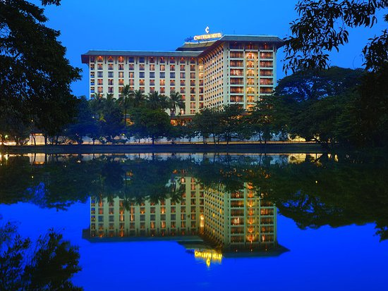 Chatrium Hotel Royal Lake Yangon: Night Exterior
