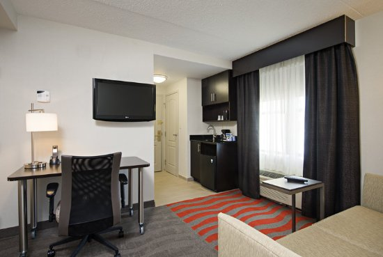 Holiday Inn Express & Suites Boston - Cambridge: Suite Living Area