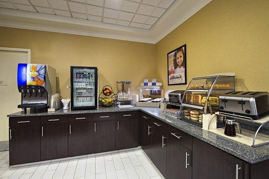 Holiday Inn Express & Suites Boston - Cambridge: Breakfast Buffet