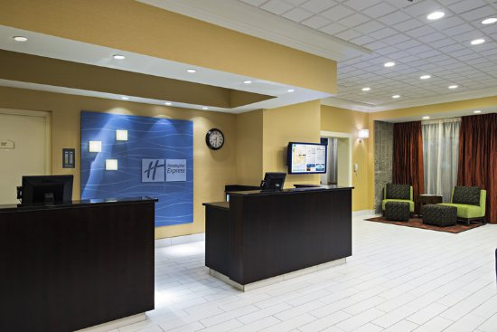 Holiday Inn Express & Suites Boston - Cambridge: Front Desk
