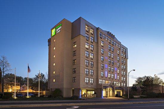 Holiday Inn Express & Suites Boston - Cambridge: Hotel Exterior at Dusk