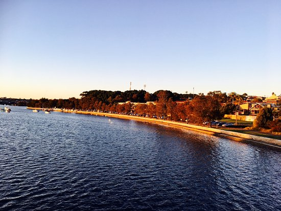 Rozelle, Australien: Looking across to Le Montage at sunset