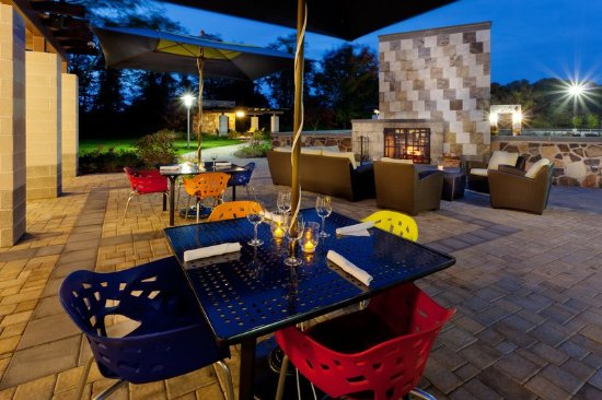 Hotel Indigo Long Island   East End: Bistro 72 Back Patio