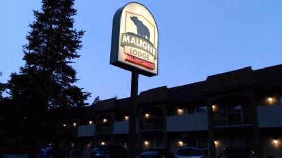 Maligne Lodge: 夜でも目立ってます
