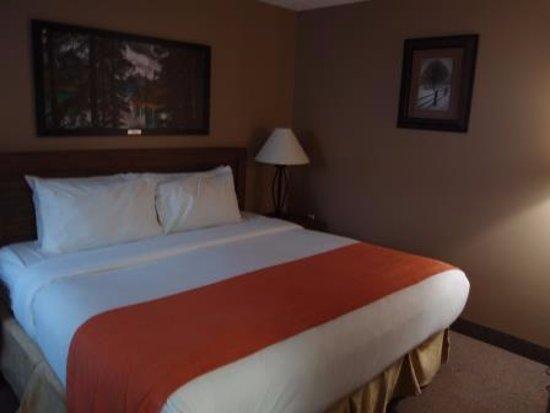 Maligne Lodge: ベッドは快適です