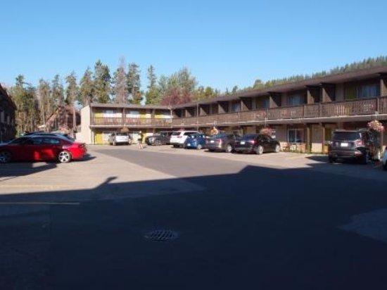Maligne Lodge: 駐車スペースはフリーなので遅いと部屋と離れます