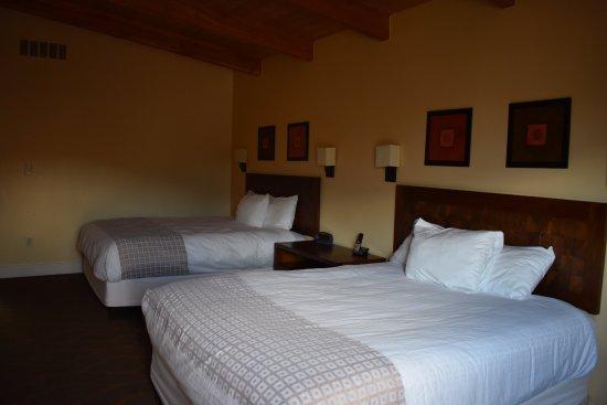 Mount Princeton Hot Springs Resort: 2 queen beds cliffside room