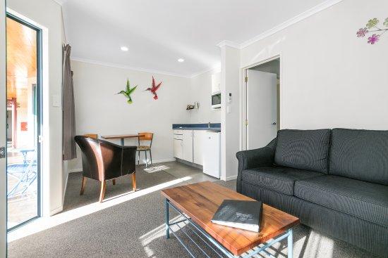 ASURE Albert Park Motor Lodge: One Bedroom Spa Unit Living area