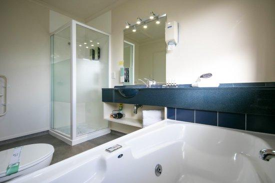 ASURE Albert Park Motor Lodge: 1 & 2 Bedroom Units - Bathroom with Shower and Spa Bath