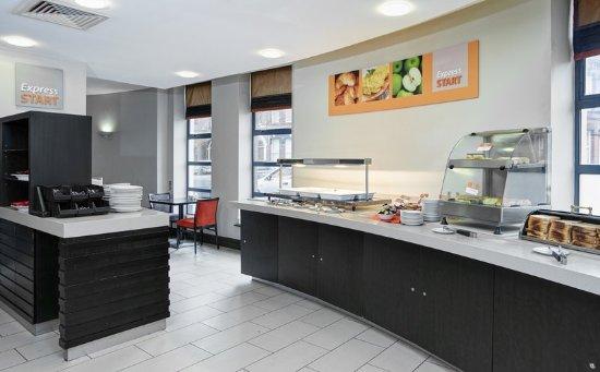 Holiday Inn Express Belfast City Queens Quarter: Breakfast area at Holiday Inn Express Belfast
