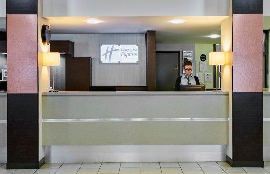 Holiday Inn Express Belfast City Queens Quarter: Reception area at Holiday Inn Express Belfast