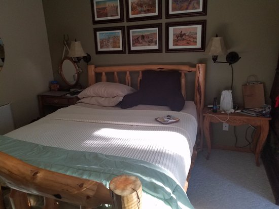 Elk Ridge Bed & Breakfast: John T. Chance room features a sleep number bed, turn-down happens around noon