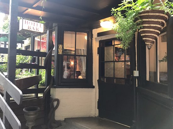 The Crown and Cushion: Entrance to the Bar