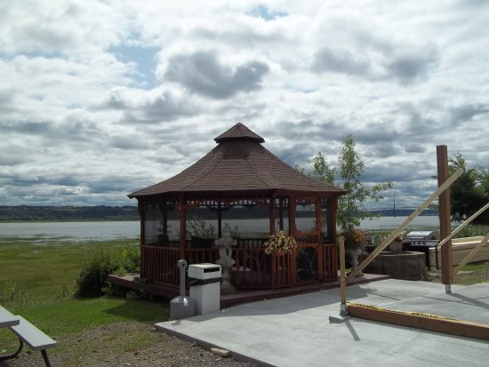 Boischatel, Canadá: On finalise la construction d'un petit gazebo et d'une terrasse