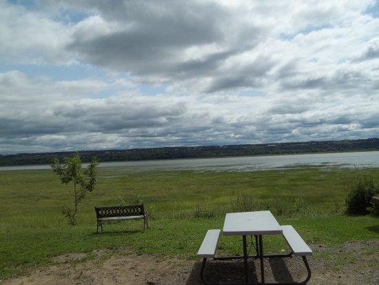 Boischatel, Canada: Vue du fleuve à partir de l'hôtel