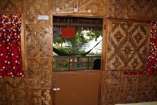 White Sand Bungalows: Looking outside through front door to bungalow