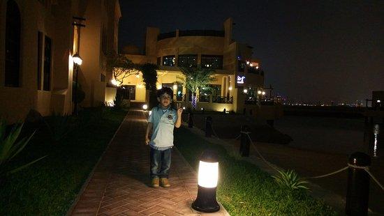 Novotel Bahrain Al Dana Resort: في الخلف المطعم مطل على البحر