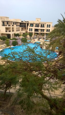 Novotel Bahrain Al Dana Resort: اطلالة من الجناح على المسبح