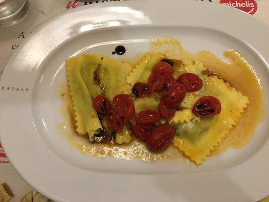 Il Ristorantino Michelis: Ravioloni ripieni di stracchino e rucola con pomodorini, aceto balsamico e scaglie di grana