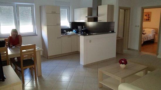 Keuken eetkamer van appartement picture of bellaview