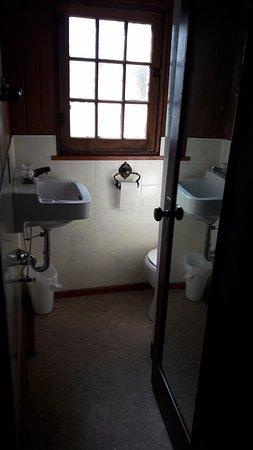 Harvie Heights, Kanada: La douche est cachée derrière la porte