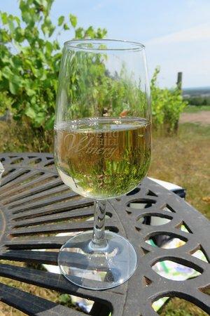 Magnetic Hill Winery: Table & Chaises parmi les vignes et ils nous prêtent les coupes à vin