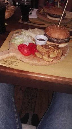 La Tramontana : Hamburger di Chianina (220 gr) con patate rustiche