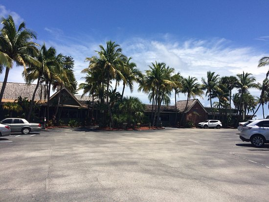 Jensen Beach, Флорида: View of the outside parking