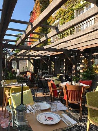 Beaumont-en-Auge, Франция: La belle terrasse à ciel ouvert!