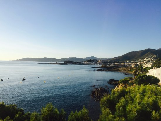Hotel Grifeu : The simply gorgeous view across the bay in Llanca from our room