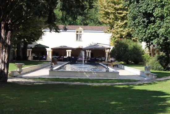 Domaine de Valmont : vue sur la piece d'eau et la salle de repas extérieure