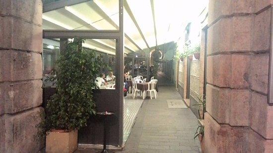 Pizzeria Vesuvio: Noi abbiamo mangiato nella veranda