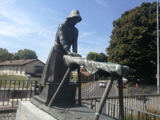 Statua della Lavandaia