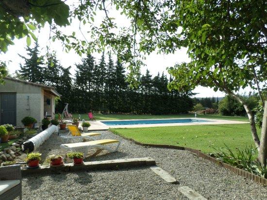 Saumane-de-Vaucluse, Fransa: vista sulla piscina e prato