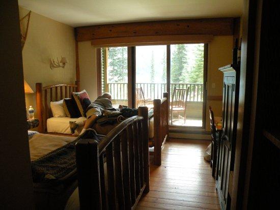 Moraine Lake Lodge: Lodge room with 2 double beds.