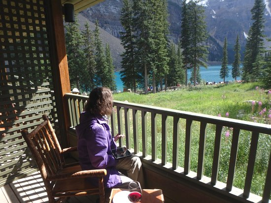 Moraine Lake Lodge: Enjoying the view from the balcony