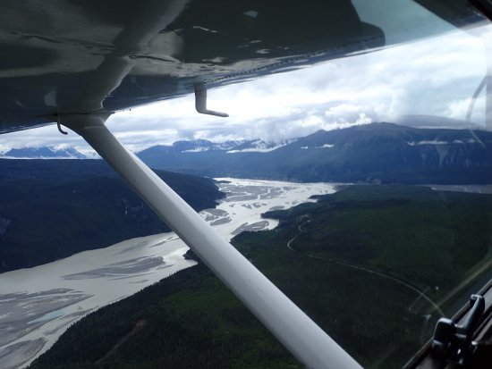 Wrangell Mountain Air - Day Trips : Sobrevolando el río