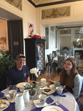 restaurant du Chateau de la Gressiere: Enjoying breakfast at the chateau with lots of hot coffee.