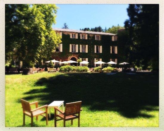 Château d'Ayres : La facade du chateau et le jardin dans lequel nous prenions nos repas, très agréable !