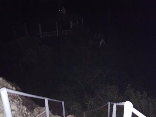 Cerro De La Cruz: Tricky sidewalk - bring a flashlight!