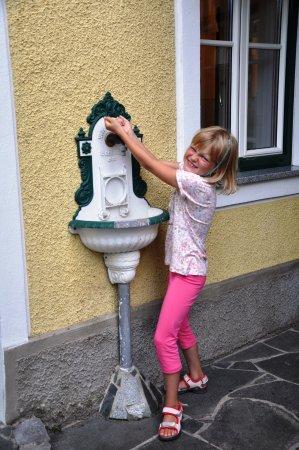 Mitterkirchen im Machland, Austria: Stuletnia umywalka na ganku.
