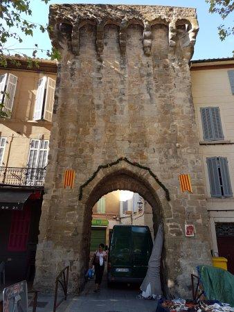 Trets, Frankrike: L'arco della porta delle mura che dà il nome all'hotel