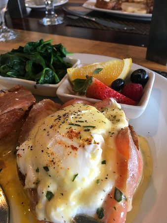 Lido at Dolphin Bay: Eggs Benedict with salmon