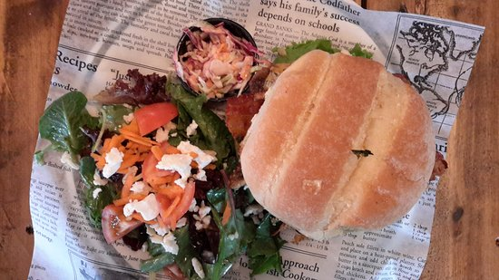 Woodstock, Canada: Hamburger and salad