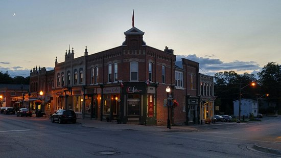 Port Perry, Kanada: The Piano Inn and Café in the Evening