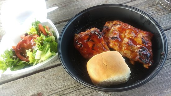 Port Perry, Kanada: Garden Salad, Ribs and a Roll