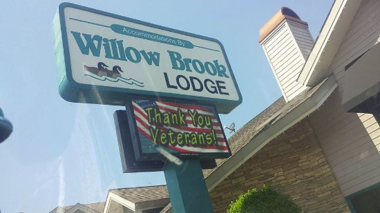 Willow Brook Lodge: Sign in front of the hotel