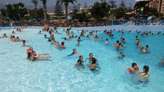 Aquamijas: Piscina de olas,  foto a mi hija y amigas
