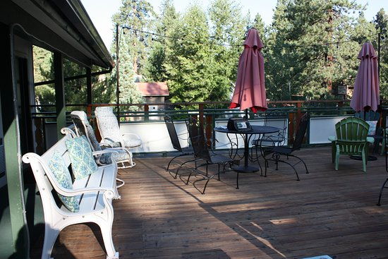 Alpenrose Inn : Deck above the breakfast area with mountain view