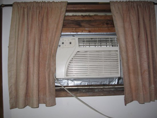 Orchard Park Inn: nice new AC with great installation & no knobs